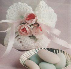 Avec le printemps, arrive le temps des baptêmes et des communions, sans oublier les mariages. Voici une jolie bourse pour les dragées. Vous pouvez la réaliser sans les fleurs. Sinon, cette bourse vous servira de napperon diamètre 16,5 cm, pour cela ne...