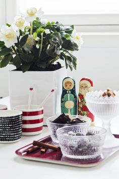 Jouluruusu on yksi Irinan lempikukista. Irinan äiti on tuonut pakkasukon ja pakkasrouvan tuliaisina Viipurin torilta. Niiden vieressä on tarjolla herkkuja Mariskoolissa ja Kastehelmi-kulhoissa.