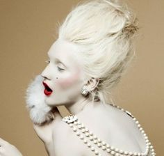 Super dramatic white powdered hair and skin, shock of red lip. Clown Makeup, Costume Makeup, Halloween Makeup, Modern Victorian Fashion, 18th Century Costume, White Makeup, Hair Shows, White Style, Hair Art