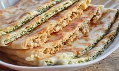 Гезлеме — турецкие лепешки Продукты: 1. Мука — 250-300 гр 2. Вода — 150 мл 3. Растительное масло — 80 мл 4. Дрожжи — 1 ст. ложка 5. Соль- 0,5 ч.лож 6. Сливочное масло для смазывания лепешек. Для мясной начинки: 1. Любой фарш ( у меня куриный) -700 гр+ специи 2. Лук репчатый — 1 шт Для начинки сырной: 1. Сыр домашний или типа Адыгейского — 500 гр 2. Шпинат замороженный — 400 гр 3. Соль по вкусу