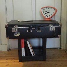 Nachtkastje gemaakt van oude koffer met onderstel van een eetkamerstoel!