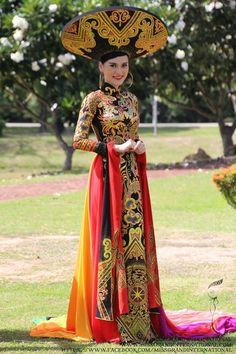 衣装 Fun Diy Crafts fun diy crafts for couples Vietnamese Clothing, Vietnamese Dress, Oriental Fashion, Ethnic Fashion, Womens Fashion, Traditional Fashion, Traditional Dresses, Ao Dai, Folk Costume