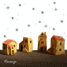 Na město se snáší sníh Keramické domečky, 4 kousky, výška cca 8 cm. Cena za kus