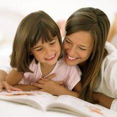 De 0 a 3 años:los padres pueden leer en voz alta al bebé, durante unos pocos minutos al día, señalar y nombrar las ilustraciones de los libros