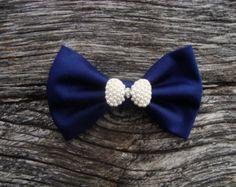 Le nœud papillon broche est l'accessoire qui vous fait sentir excellent quel que soit l'événement. Même si vous le portez aux tenues de tous les jours, a un dîner d'affaires ou lors d'un événement festif le nœud papillon broche est votre choix pour toutes les occasions.  Il s'accroche par une attache classique de 25mm couleur argent. Il est entièrement cousu main.  Peut se porter sur une chemise, une robe, un pull, un t-shirt, une écharpe ou comme accessoire de sac, tout est permis.