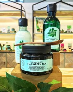 Joining The Body Shops Fuji Green Tea bath shower collection is their new Fuji Green Tea hair range which includes a Cleansing Hair Scrub that uses salt crystals to remo. The Body Shop, Body Shop At Home, Green Tea Bath, Bath Tea, Best Beauty Tips, Beauty Hacks, Green Tea Cleanse, Best Body Shop Products, Green Tea For Hair