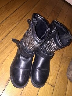 Bottines noires cloutées   ! Taille 38  à seulement 40.00 €. Par ici : http://www.vinted.fr/chaussures-femmes/bottes-and-bottines/28054175-bottines-noires-cloutees.