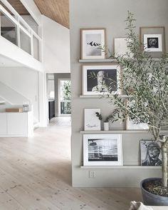 "4,573 Synes godt om, 79 kommentarer – Nina Holst (@stylizimoblog) på Instagram: ""Brighter days and lighter walls.. #bookwall #artwall #livingroom #stylizimohouse"""