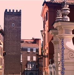 Prospettive romane ❤ Roman perspectives 😍👌 #Roma #Rome #Rom #pictureofmine #puntodivista #pointofview #prospettiva #perspective #luce #ombre #colori #light #shadow #colours #torre #capocci #medioevo #tower #middleage #storia #arte #history #histoire #geschichte #art #kunst #picoftheday #instalike #instaart #igersroma #instalike