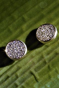 Natočené z rôznych uhlov. V plnom diamantovom rozlíšení. Na pozadí jari, s prísľubom leta. Čože to je? No predsa jeden z našich top trendov 2020, briliantové náušničky Avidity. Dokonalých 38 prírodných diamantov sme pripodobnili k slnečným lúčom, pretože práve kontakt s prirodzeným svetlom z nich robí nesmrteľných nosičov briliancie a luxusu. Viac ako kdekoľvek tu platí, že v jednoduchosti je krása. Garantujeme vám, že sa tak stanete milovníčkou trendy šperk, ale aj nekonečne dobrej nálady! Druzy Ring, Diamond Earrings, Jewelry, Jewlery, Jewerly, Schmuck, Jewels, Jewelery, Diamond Drop Earrings