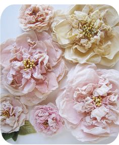 prettie-sweet: (via Le Petit Cadeau: Millinery Flower Workshop). must ry making them too. So pretty. Shabby Chic Flowers, Lace Flowers, Felt Flowers, Fabric Flowers, Fabric Flower Tutorial, Cloth Flowers, Ribbon Flower, Bow Tutorial, Ribbon Hair