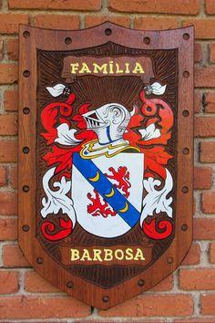 Brasão da família Barbosa entalhado em madeira