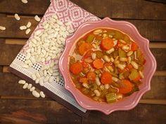 Fasolada grecque – Soupe aux haricots à la tomate, cèleri et carottes Chana Masala, Salsa, The Cure, Healthy, Ethnic Recipes, Food, Beans Recipes, Carrots, National Dish