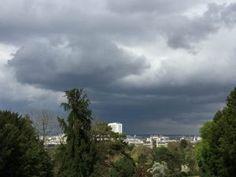 Ciel chargé de gros nuages noirs sur le parc des Buttes-Chaumont et du 19e arrondissement de Paris