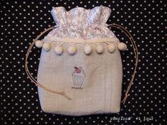ポンポンテープを使った小さめの巾着です。素材:リネン、綿、ポンポンテープ、ワックスコードサイズ:w18cm*h19cm*マチ6cmカップケー...|ハンドメイド、手作り、手仕事品の通販・販売・購入ならCreema。
