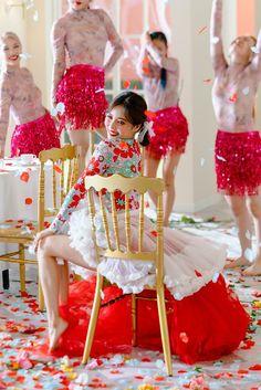 Hyuna 'Flower Shower' behind the scenes Triple H, Hyuna Fashion, Mari Ohara, Hyuna Kim, Rapper, Park Jimin Cute, Sleeves Designs For Dresses, Flower Shower, E Dawn