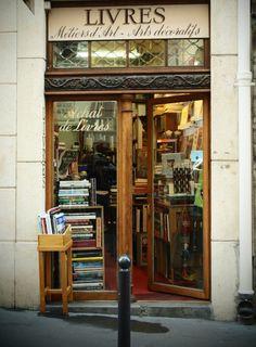 Une librairie, France.