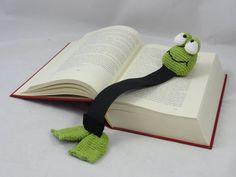 Crochet Amigurumi Rabbit Ideas Henri le frog bookmark crochet pattern by IlDikko - Chat Crochet, Crochet Books, Love Crochet, Crochet Gifts, Crochet Flowers, Bookmark Crochet, Crochet Stitches, Crochet Patterns, Frog Crafts