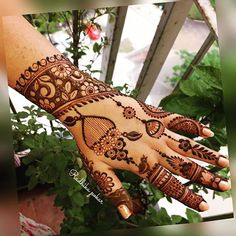 Here are stylish and latest Simple Back Hand Mehndi Designs, Choose the best. Latest Mehndi Designs, Peacock Mehndi Designs, Khafif Mehndi Design, Back Hand Mehndi Designs, Indian Mehndi Designs, Henna Art Designs, Stylish Mehndi Designs, Mehndi Design Photos, Beautiful Mehndi Design