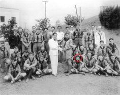 El joven que esta señalado es nada mas y nada menos que el ex-presidente de los Estados Unidos John F. Kennedy de joven en una visita a un grupo scout en Monterrey. La foto data del año de 1935.