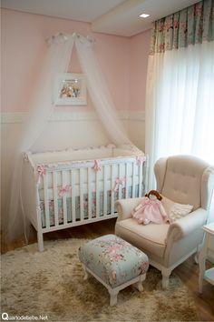 quarto de bebê com enxoval de flores e laços rosa. Uma produção super delicada com misturas de estampas floral e tapete de pelos