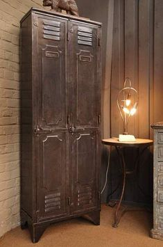 Salvaged & Re-purposed: Vintage Lockers. Add an industrial feel and valuable storage space by recycling old metal lockers. Industrial Design Furniture, Industrial House, Rustic Industrial, Furniture Decor, Painted Furniture, Furniture Design, Industrial Decorating, Furniture Plans, Furniture Projects