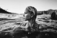 Bild via We Heart It #b&w #bath #beautiful #blackandwhite #blonde #free #freedom #girl #ocean #sea #swim #young