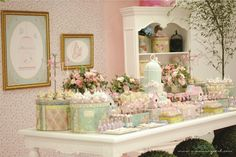 Festa desenvolvida especialmente para o primeiro aninho da pequena Carolina. A mamãe Letíciapediu um tema delicado e romântico. Flores, c...