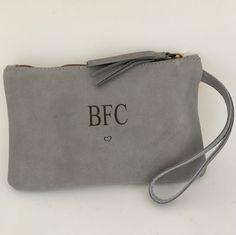 eb52e5d0d Bolso CLUTCH de mano en piel de color gris. Grabado personalizado con  iniciales, nombre