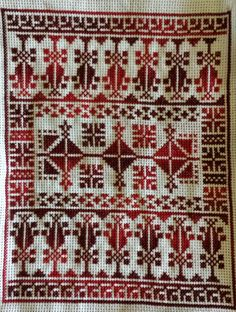 This appears to be done with shaded or variegated thread. Cross Stitch Letters, Cross Stitch Borders, Cross Stitch Designs, Stitch Patterns, Sewing Patterns, Wool Embroidery, Cross Stitch Embroidery, Cross Stitch Geometric, Palestinian Embroidery