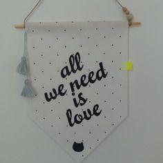 """Fanion mural ou  plaque de porte  """"all we need is love"""" - et son petit chat !"""