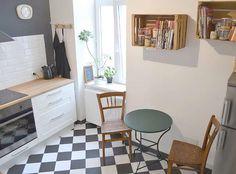 TRAUMKÜCHE! grau-weiß karierter Boden / graue Wand / weiße Küche / Holzarbeitsfläche