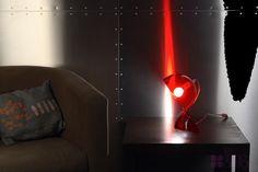 Lampe de bureau ou lampe de chevet de la collection Artémide dessinée par Vico Magistretti, la lampe Dalù est une réédition de la lampe bureau des années 60.  Elle est proposée en quatre coloris tout en conservant son design original.
