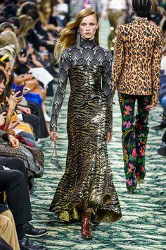 Paco Rabanne Fall 2019 Ready-to-Wear Fashion Show - Vogue Paco Rabanne, Style Couture, Couture Fashion, Runway Fashion, Fashion Week, Look Fashion, Fashion Trends, Vogue Fashion, Fashion Addict