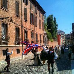 Palio di Ferrara, flags exchange - Instagram by @n_montemaggi