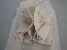 蛇腹式カードケースのポケットの作り方 - シニアのまったり生活♪ Sew Wallet, Wallet Tutorial, Origami, Coin Purse, Sewing, Tableware, Fabric, How To Make, Handmade