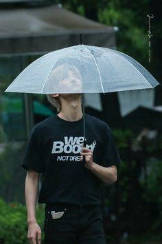 Jaemin- I think this umbrella has a hole😁 Taeyong, Jaehyun, Nct 127, Winwin, Kpop, Saranghae, Rapper, Nct Dream Jaemin, Huang Renjun