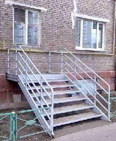 Toegangstrap? Waarom die trap daar zit is een raadsel. Had dat raam een deur moeten zijn? Of is die trap gewoon een handig hulpmiddel voor inbrekers?