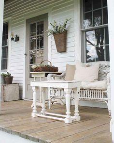 45 Amusing Rustic Farmhouse Porch Decor Ideas - Modern Home Design Farmhouse Front Porches, Rustic Farmhouse, Farmhouse Style, Farmhouse Ideas, Farmhouse Design, Cottage Style, Primitive Homes, Veranda Design, Summer Porch Decor