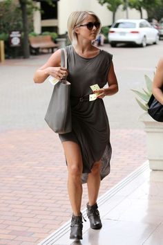 Julianne Hough shops at Saks in Beverly Hills. - Julianne Hough Shops in Beverly Hills Julienne Hough, Fancy Casual Outfits, Julianne Hough Short Hair, Angled Bobs, Cool Haircuts, Pretty Hairstyles, Star Fashion, Autumn Winter Fashion, Plus Size Outfits