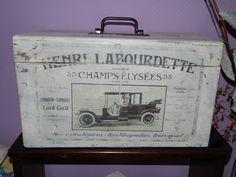 Ancienne Boîte à outils en bois. Patine blanche avec transferts d'images…