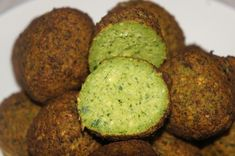 Chickpeas Falafel: our recipe for this delicious Middle Eastern food.They may be vegans or vegetarians and both fried to baked falafel but always good! Lebanese Falafel Recipe, Falafels, Israeli Desserts, Israeli Salad, Egyptian Food, Homemade Hummus, Eastern Cuisine, Vegetarian Recipes, Vegetarian Food