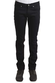 A versatile fit that is slim without being too narrow through the leg, the Slim Straight Jeans sit below the waist and are slim through the hip and thigh with a straight leg. Best for slim to athletic builds. White Ripped Skinny Jeans, Skinny Guys, Slim Jeans, High Jeans, Black Jeans, Minimal Wardrobe, Raw Denim, Denim Fabric, Mens Fashion