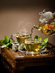 The Difference Between Green and Black Tea There is only one question whose answer we all need but are never taught- how to live knowing that you will die at any moment? Chocolate Cafe, Tea Culture, Cuppa Tea, Tea Benefits, Flower Tea, My Cup Of Tea, Mini Desserts, Tea Ceremony, Tea Recipes
