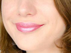 Rouge à lèvres Hydra Renew (Moisture Renew) - Rimmel London - Fancy (rose clair givré)  #blog #beaute #maquillage #makeup #rouge #levres #rose #clair #givre #irise #frost #fancy #hydrarenew #moisturerenew #rimmel #rimmellondon #swatch #swatches http://mamzelleboom.com/2014/12/04/its-raining-colour-nouvelle-gamme-rouges-levres-hydra-moisture-renew-rimmel-london-swatch-swatches/