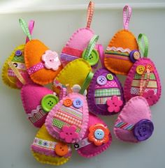 look at these darling felt Easter eggs! @ paper-and-string. look at these darling felt Easter egg Easter Projects, Easter Crafts, Easter Ideas, Hoppy Easter, Easter Eggs, Spring Crafts, Holiday Crafts, Easter Tree Decorations, Diy Ostern