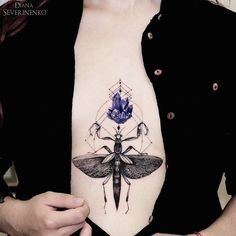 Fascinating amethyst and mantis with geometric lines. This girl's sternum piece was created by Diana Severinenko, a tattoo artist and illustrator from Ukraine, Kiev. Botanisches Tattoo, Sternum Tattoo, Piercing Tattoo, Piercings, Geometric Insect Tattoo, Unique Tattoos, Cool Tattoos, Mantis Tattoo, Mantis Religiosa