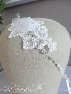 La délicatesse de la dentelle et de plumes, accompagnée d'une touche d'éclat par des cristaux Swarovski. Bridal headband, cristal headband, lace headband, bride headband, feathers headband