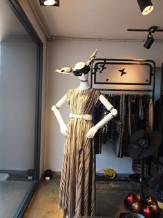 Robotic mannequins are being tested at high-end Korean clothing stores.