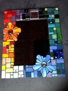 Afbeeldingsresultaat voor flowers mosaic on mirror Stained Glass Mirror, Mirror Mosaic, Mosaic Glass, Mosaic Tiles, Mosaic Wall, Mosaic Crafts, Mosaic Projects, Stained Glass Projects, Diy Projects